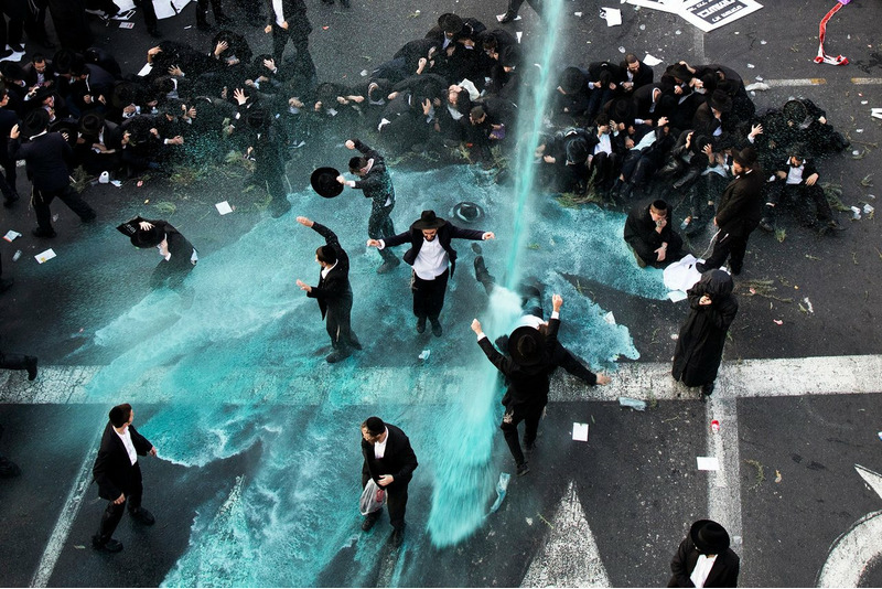 Полиция разгоняет водометами евреев-ортодоксов