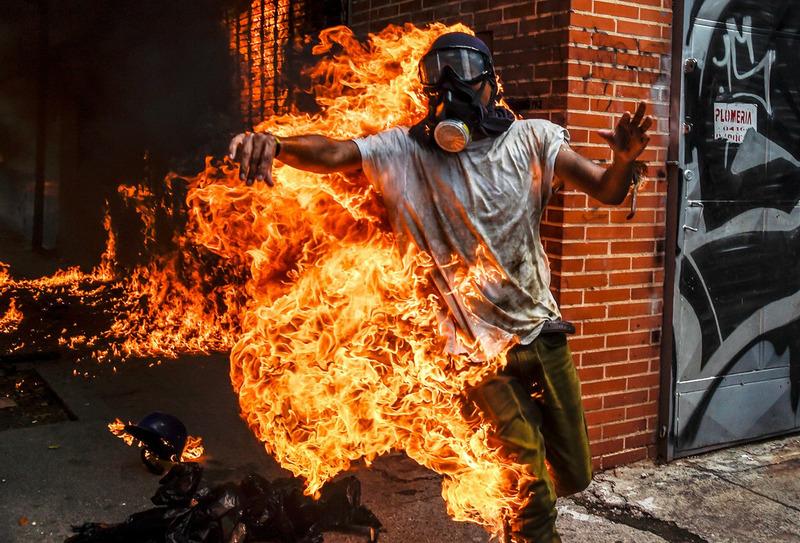 Демонстрант загорелся при взрыве полицейского мотоцикла