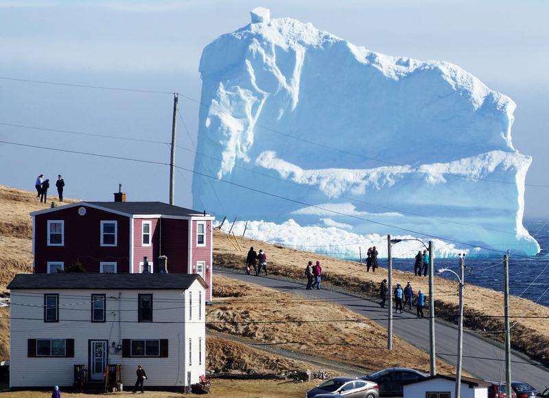 Айсберг у южного побережья острова Ньюфаундленд