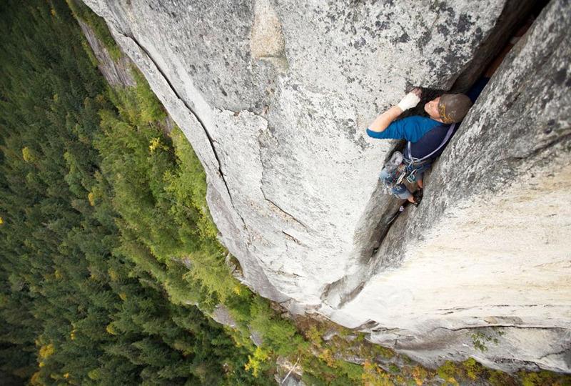 Экстремальный альпинист в ущелье