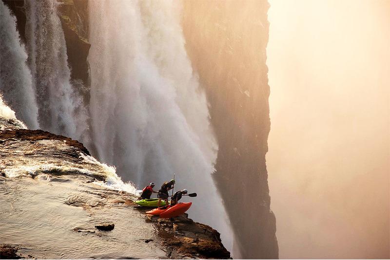каякеры на краю водопада