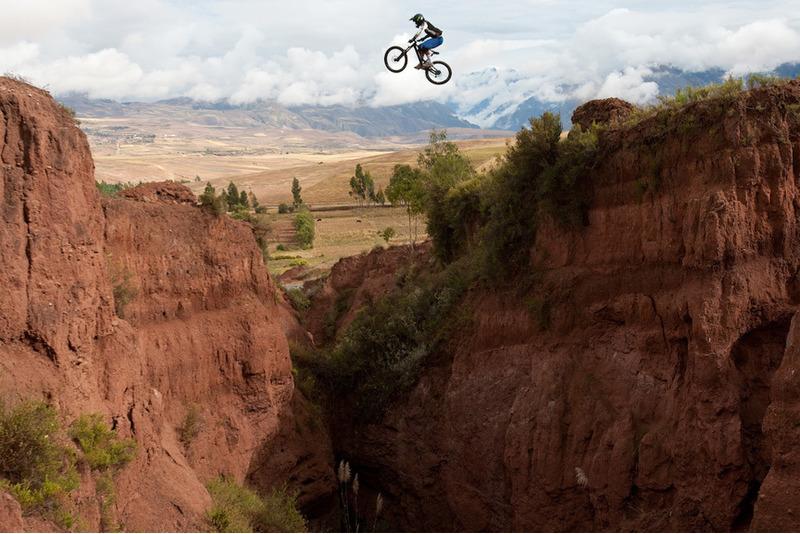 Прыжки через каньон на велосипеде в Перу
