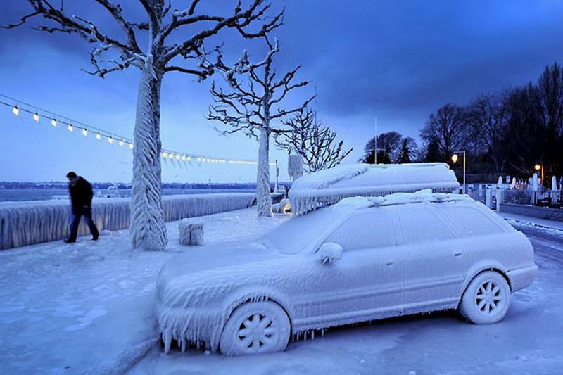 Обледеневший автомобиль на набережной, Швейцария