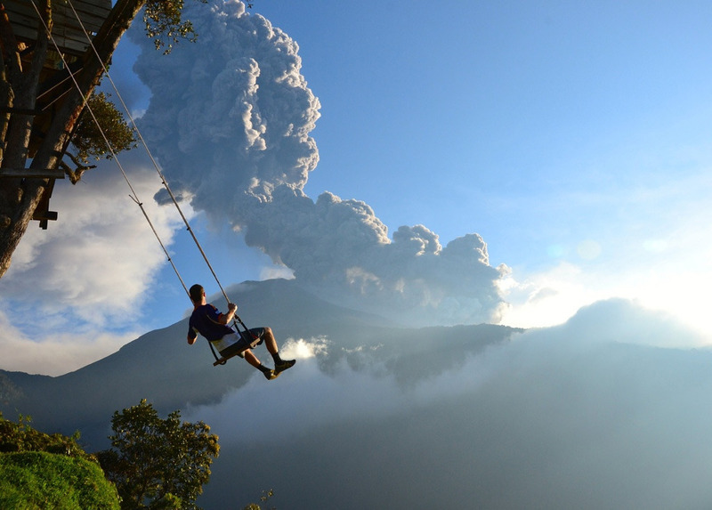 вид на извергающийся вулкан Тунгурауа