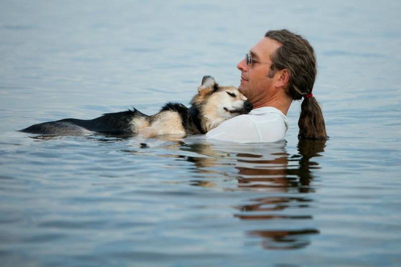 Джон и его 19-летний пес по кличке Шоп которая мирно дремлет у него на руках