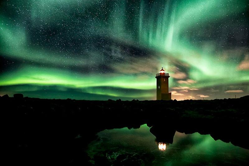 Маяк и северное сияние Исландия
