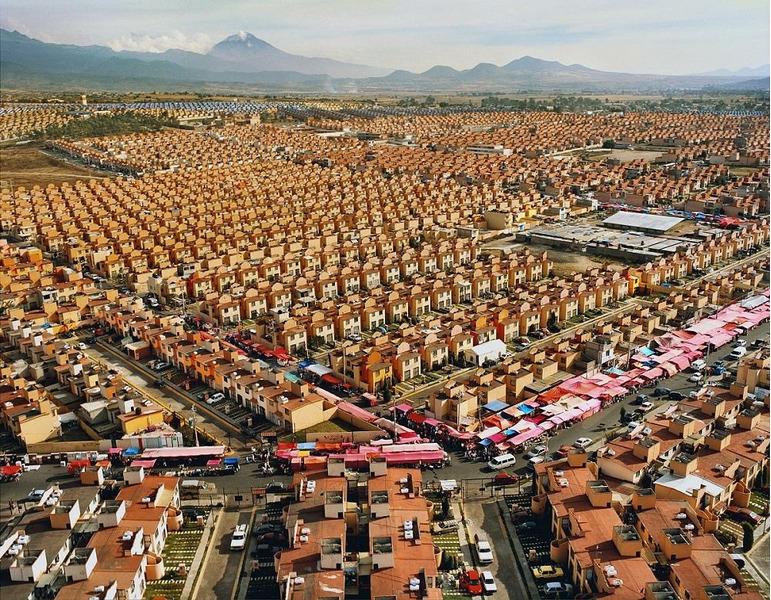 Аэрофотография Мехико-Сити в исполнении мексиканского фотографа Ливии Корона (Livia Corona) победила в номинации «архитектура»