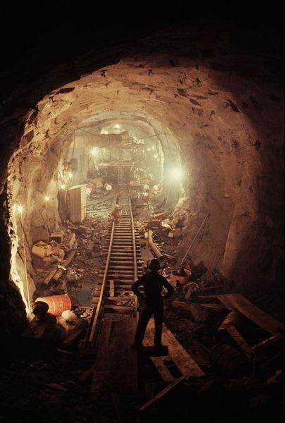 Мужчины взрывают гранит, чтобы построить тоннели для гидроэлектрического проекта. Австралия, 1963