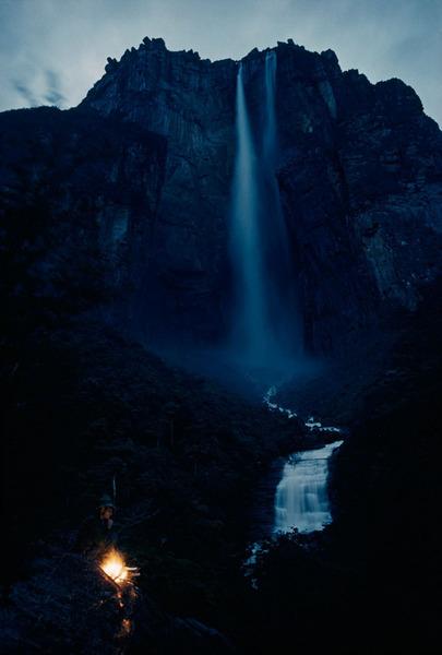 Водопад, с грохотом падающий с горы Ауянтепуи (Ауян-Тепуи) с высоты более 914 метров в Венесуэле, март 1963 Фото: Томас Дж. Аберкромби