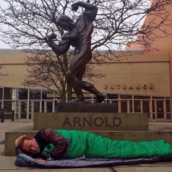 Знаменитый актер Арнольд Шварценеггер разместил фотографию где он спит на улице, под своей бронзовой статуей.