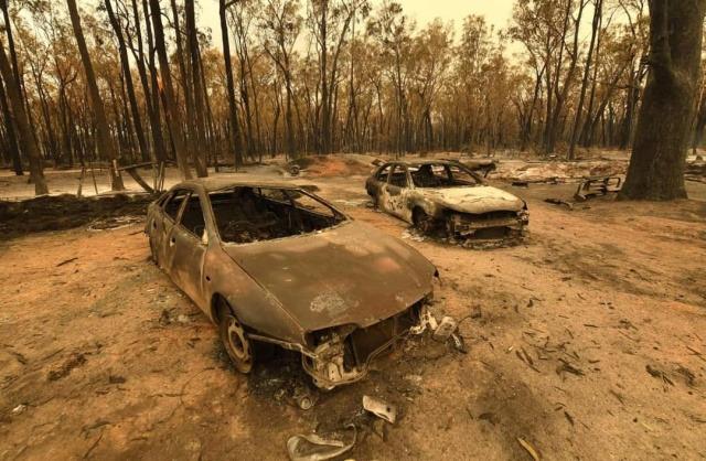 Автомобили, сгоревшие в результате лесных пожаров, Новый Южный Уэльс, Австралия