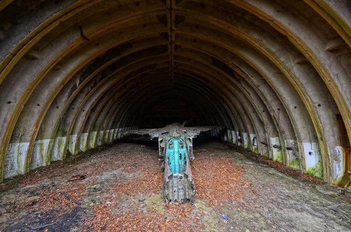 Заброшенный аэродром Смирных, остров Сахалин. В ангарах «спят» самолеты, забывшие, что такое война.