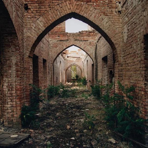Разрушенный во время Чеченской войны дворец нефтяников. Грозный, Чечня
