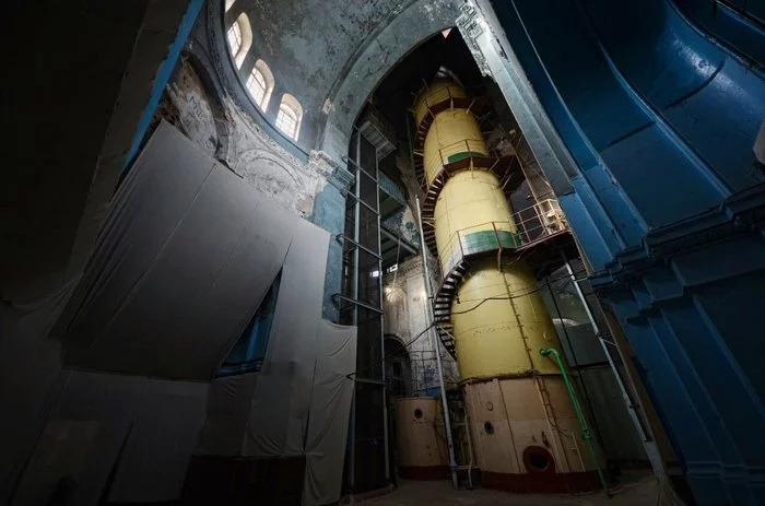 Стенд подводников в заброшенной церкви в Питеие.