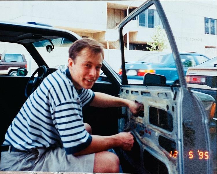 Илон Маск чинит сломанное стекло, которое разбил грабитель при краже радиоприемника 1995 год.