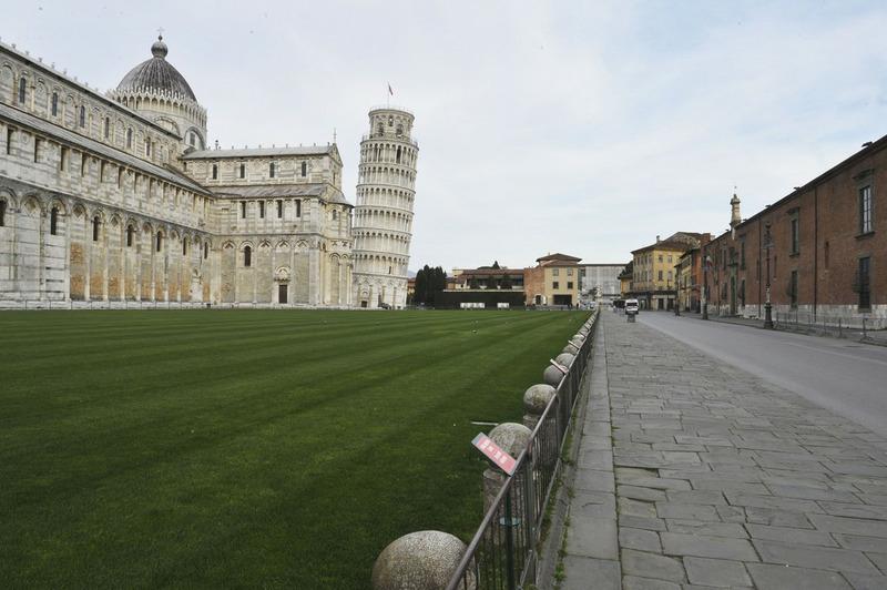 Вид на площадь Пьяцца деи Мираколи в Пизе, Италия, после санитарных операций в связи с чрезвычайной ситуацией с коронавирусом 17 марта 2020 г.