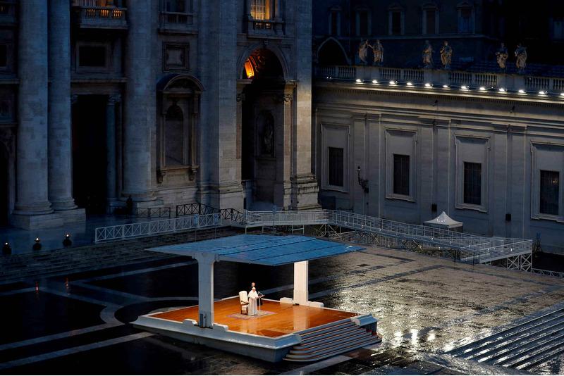 Папа римский молится в пустом Ватикане