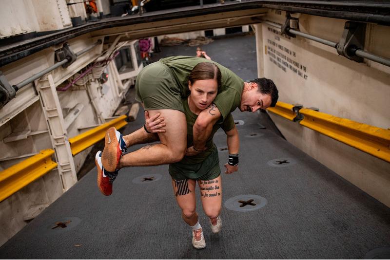 Морские пехотинцы должны быть в состоянии нести друг друга в случае необходимости. Тренировка в штате Северная Каролина.