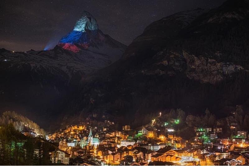 Гора Маттерхорн окрасилась в цвет российского флага