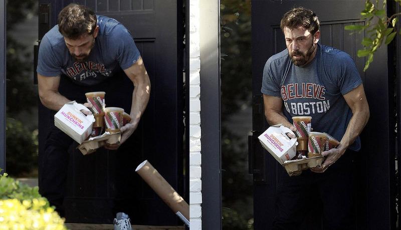 Бен Аффлек пытающийся удержать в руках кофе и пончики