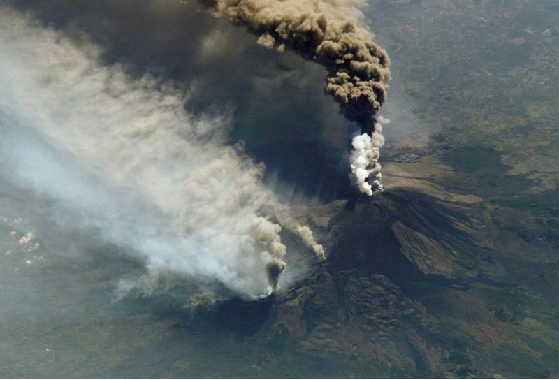 Извержение вулкана Этна вид с МКС