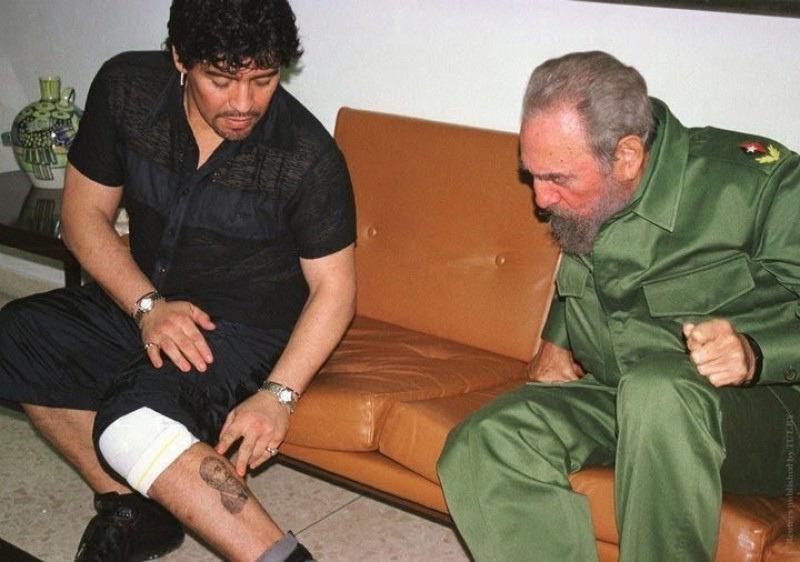 Диего Марадона показывает Фиделю Кастро татуировку