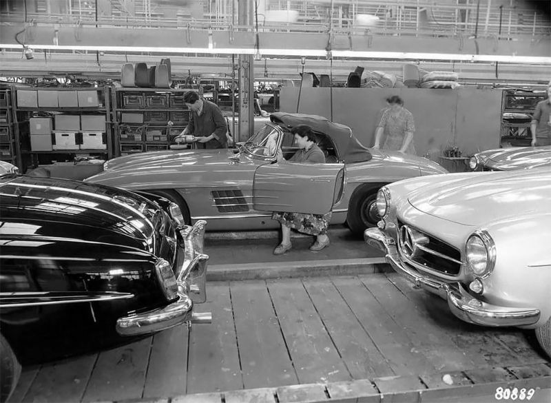 сборка Mercedes-Benz 190 SL на фото 1958 года