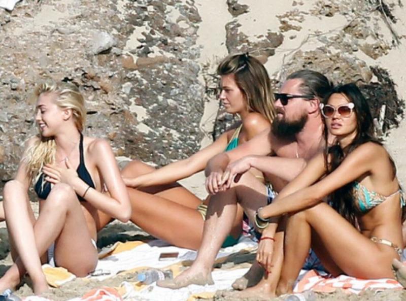 Леонардо Ди Каприо отдыхающий на пляже