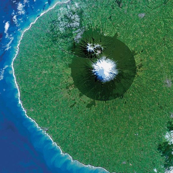 Вулкан Таранаки вид из космоса