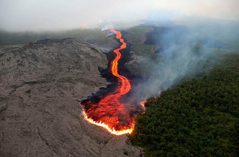 Извержение вулкана Питон-де-ла-Фурнез на острове Реюньон в Индийском океане