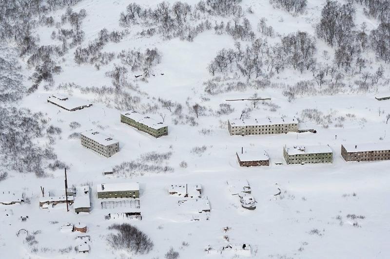 Город-призрак. Заброшенная военно-морская база в бухте Бечевинка. Весной на снегу видны следы медведей между домами