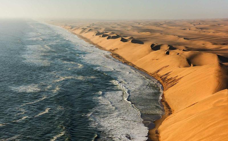 Пустыня Намиб встречается с Атлантическим океаном