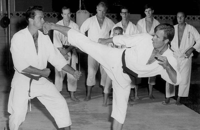 Молодой Чак Норрис демонстрирует технику карате