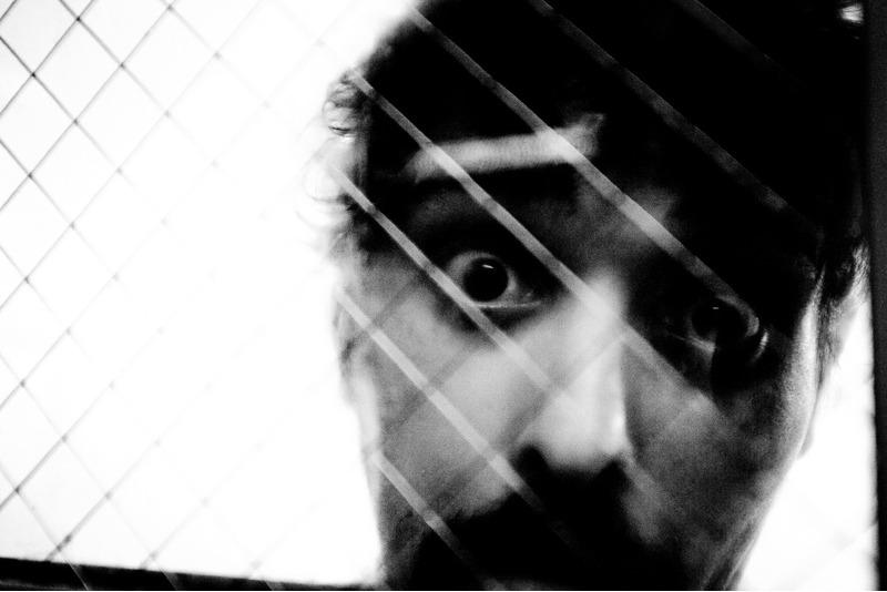 Энтони Росарио смотрит широко раскрытыми глазами из блока, где он проводит 23 часа в сутки.