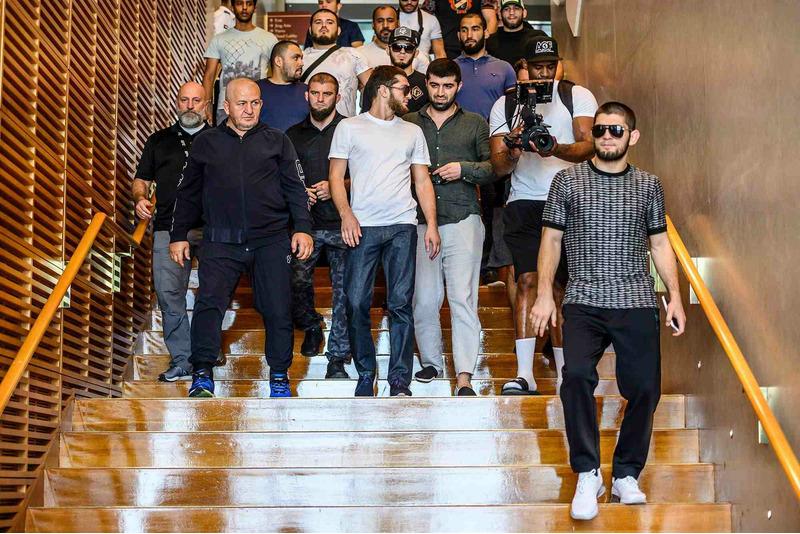 Хабиб Нурмагомедов со своей командой в Абу-Даби