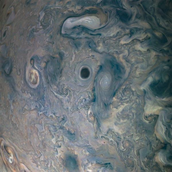 Тёмный вихрь в облаках Юпитера
