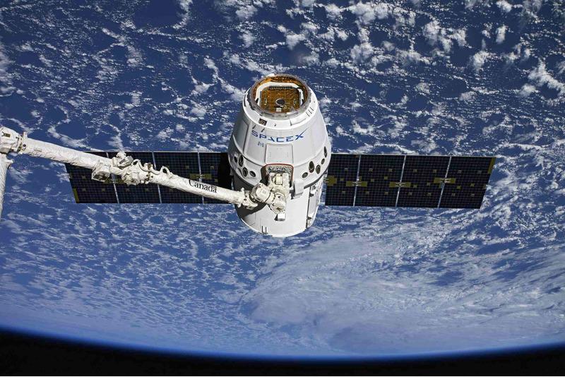 Космический корабль Dragon перед стыковкой с МКС