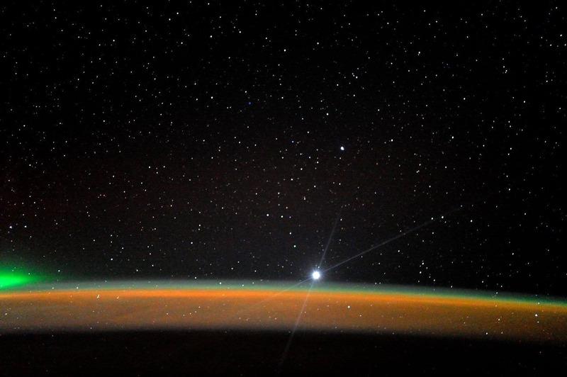 Венера, заходящая за горизонт Земли. Снимок сделан космонавтом Павлом Виноградовым с борта МКС.