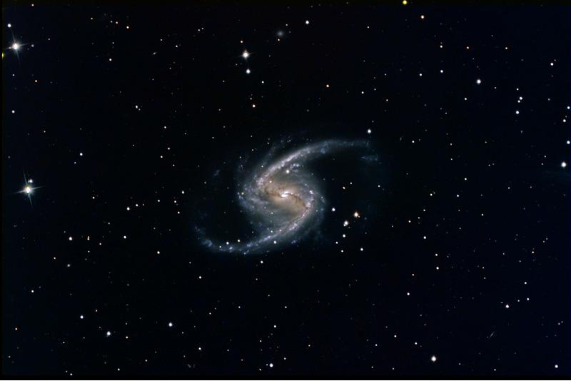Спиральная галактика с перемычкой NGC 1365 в созвездии Печь