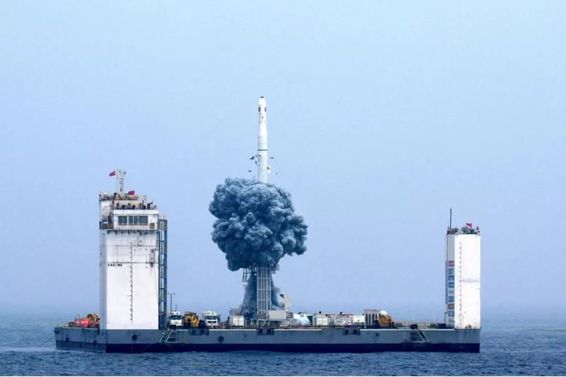 Первый запуск с плавучего космодрома китайской ракеты Long March-11