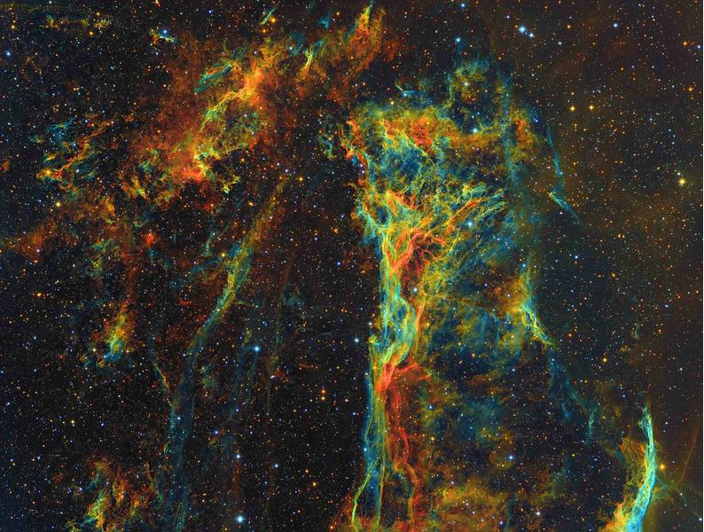NGC 6979 (Треугольник Пикеринга) — эмиссионная туманность в созвездии Лебедь. Является частью обширной туманности Вуаль.