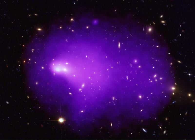 Галактический кластер Abell 2146, образовался в результате столкновения двух меньших по размеру галактических скоплений. Снимок космическим телескопом Chandra.