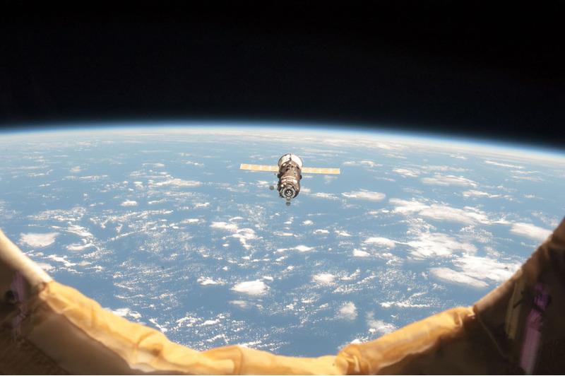 Беспилотный Прогресс приближается к МКС