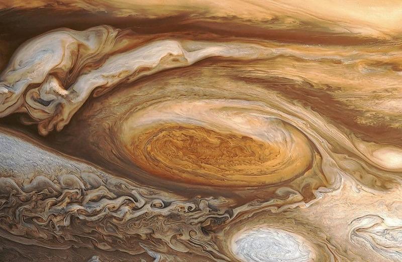 Большое красное пятно и белые пятна Юпитера