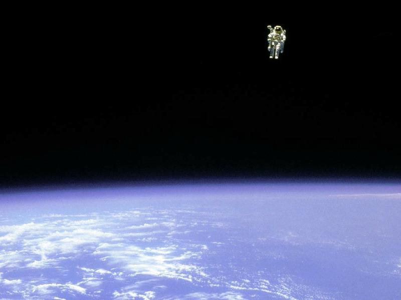 Брюс Маккэндлесс совершает выход в открытый космос с использованием MMU