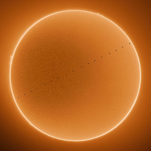 Композитный HDR снимок транзита Меркурия по диску Солнца