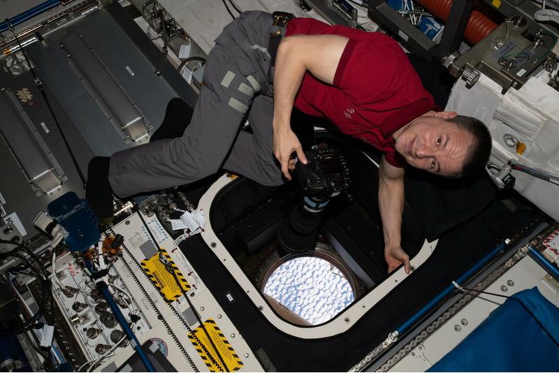 Астронавт Эндрю Морган фотографирует Землю