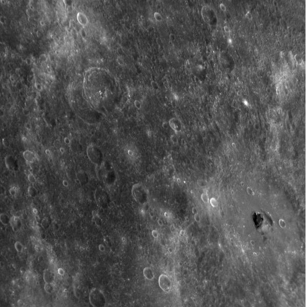 Тёмное пятно на Меркурии в центре кратера