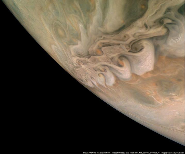 Пояс закрученных облаков северного полушария Юпитера