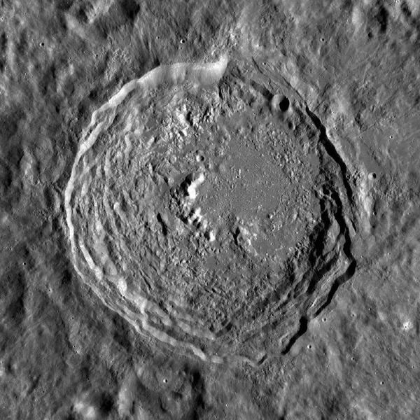 Лунный кратер Вавилов